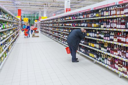 Moscú, Rusia, mayo de 2018: un hombre elige una bebida alcohólica en un supermercado (editorial)