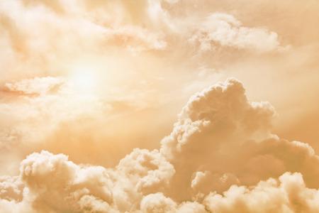 Soffici nuvole illuminate dal sole contro un cielo al tramonto arancione (sfondo, tonico) Archivio Fotografico