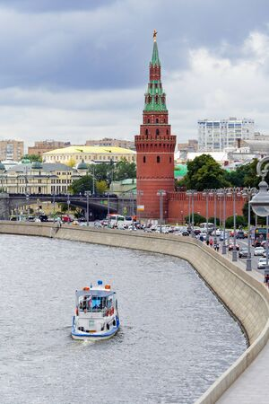 Moscow, Russia, August, 2018: View of the Kremlin Embankment with a pleasure boat sailing along the river (editorial) 新聞圖片
