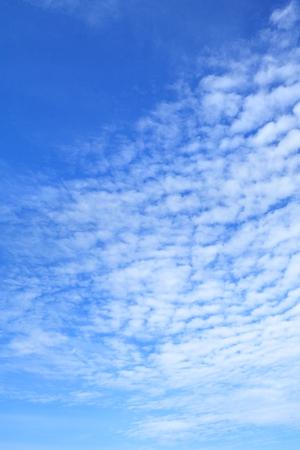 Nubes blancas en el cielo azul brillante como fondo (orientación de imagen vertical) Foto de archivo