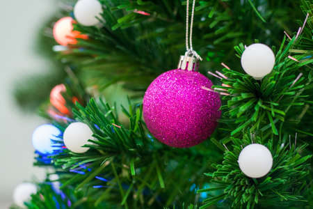 Close up view on a pink ball toy on a Christmas tree (selective focus, shallow depth of field) 版權商用圖片