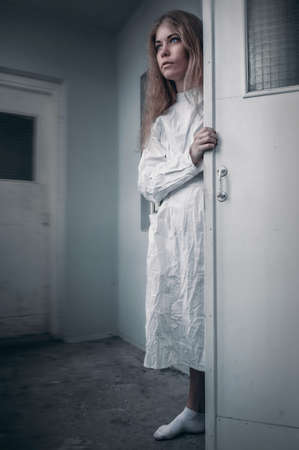 Geestelijk ziek meisje met een keurslijf in een psychiatrische Stockfoto - 92525356