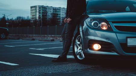 Close up van moderne sedan koplamp. Vooraanzicht geschoten vanaf de zijkant van het voertuig. Auto koplamp achtergrond. Stockfoto
