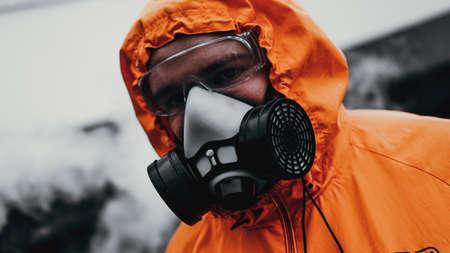 Mezza maschera del respiratore di protezione per gas tossico. L'uomo si prepara a indossare la protezione contro l'inquinamento atmosferico nell'industria chimica Archivio Fotografico