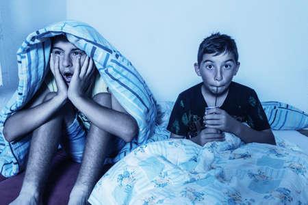 horrified kids watching tv Stockfoto