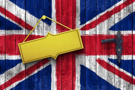 britain flag: placa de oro en una puerta de madera con bandera de Gran Breta�a