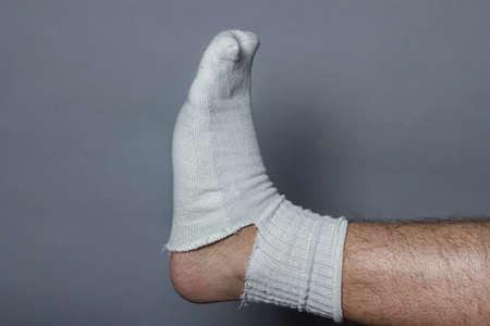 plantar: gerades Bein mit einem gro�en Loch in der Socke