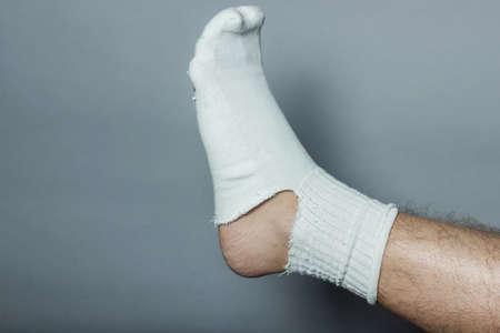 fu�sohle: gerades Bein mit einem gro�en Loch in der Socke