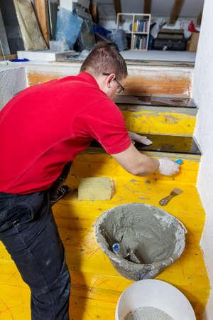 arbeider installeert u de stenen platen op de trap Stockfoto