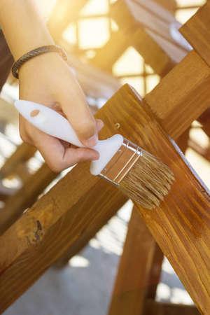 muebles de madera: pintura de la mano con el cepillo del fondo de madera de la silla y la mesa