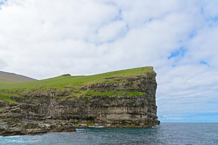 デンマークのフェロー諸島、Eysturoy 島の Gjogv の村の近くの急な崖