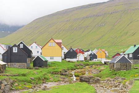 通常カラフルな家とフェロー諸島、Eysturoy 島のデンマークの小さい方はクリークと Gjogv の美しい村