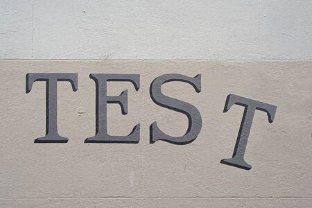 壁にセリフ手書きタイプに塗られた単語「テスト」