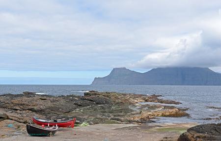 Gjogv、フェロー諸島, デンマークの岩の海岸に 2 つの小さなフィッシャー ボート