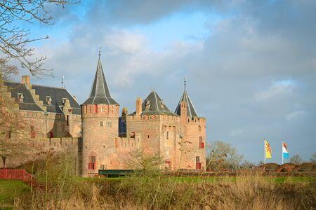 保存状態の良い中世の城の堀とマウデン城 写真素材