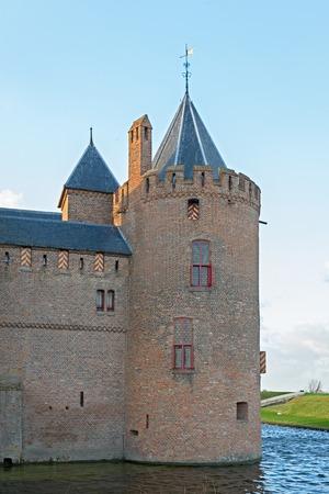 Toren van het Muiderslot, een goed bewaard gebleven middeleeuwse kasteel