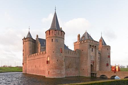 近くの保存状態の良い中世の城の堀とマウデン城 写真素材