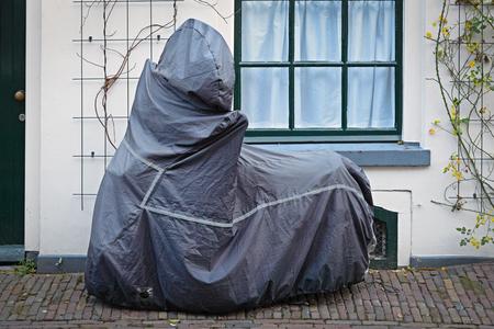 ブルーの保護カバーと駐車中のバイク