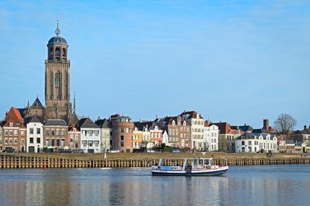 中世の街を望むアイセル川を横断、フェリー デーフェンター, オランダ - 2016 年 12 月 24 日。