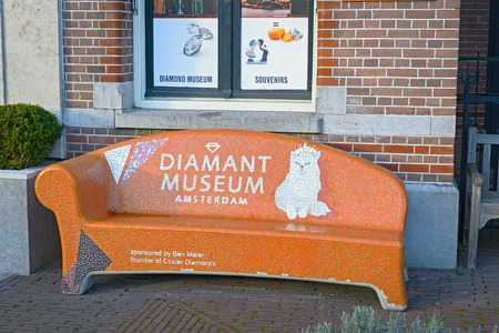 アムステルダム, オランダ - 2016 年 12 月 26 日: ダイヤモンド博物館の前にオレンジ色のベンチ 報道画像