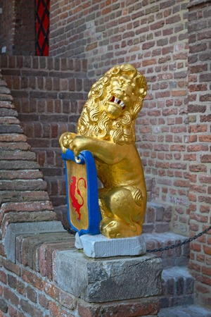 Sculpture : a lion holding shield with coat of arms