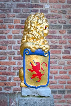 彫刻: 紋章付き外衣のライオン持株シールド