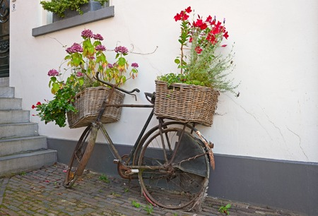 花のバスケットと再利用の競輪