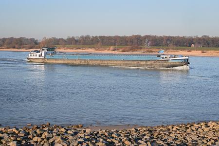 オランダの川、ワールで船舶によって貨物輸送