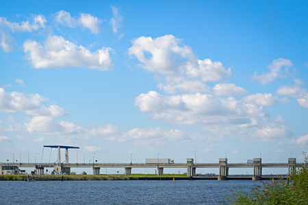 ナイケルク、2016 年 9 月 23 日 - ネザーランド跳ね橋と Nijkerkerk 近くのロック。これらのロックは、2 本の水路を分ける: Nuldernauw と Nijkerkernauw。