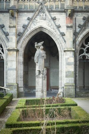 ユトレヒト, オランダ、2017 年 1 月 26 日 - ヤン ・ ヴァン ・ デン Doem ポール グレゴアールによって作られた像で Pandhof の回廊からの眺め。・ ヴァン