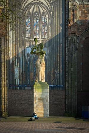 ユトレヒト、ネザーランド、2017 年 1 月 26 日 - Dom 大聖堂広場に記念碑の前の本は女性リード。第二次世界大戦の記憶としてコリン フランゼン-Heslenfe