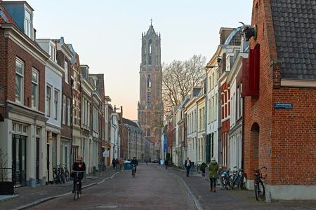 ユトレヒト、オランダ、2017 年 1 月 26 日 - はキョルテ Nieuwstraat (短い Newstreet) からセント マーチンズ大聖堂 Dom タワーの表示します。