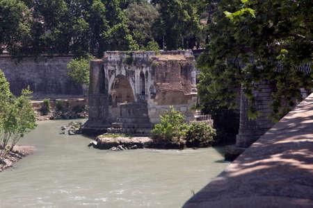 ponte: Ponte Rotto, old bridge in front of Isola Tiberina Stock Photo