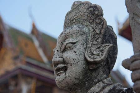 recline: Statue guarding the Wat Po temple