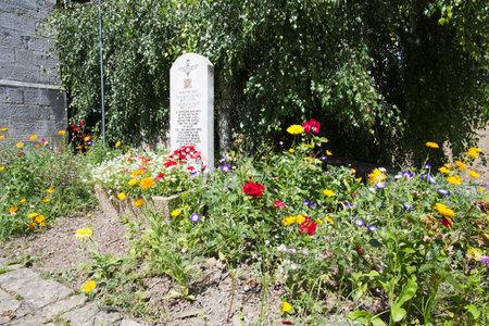 batallon: Flores alrededor de la piedra en la memoria del 13 Batall�n de Lancashire, Bure