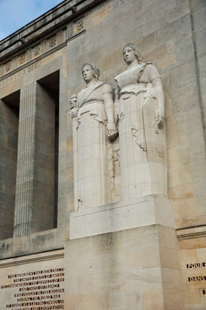 ww1: Statues in front of the facade of the American Monument