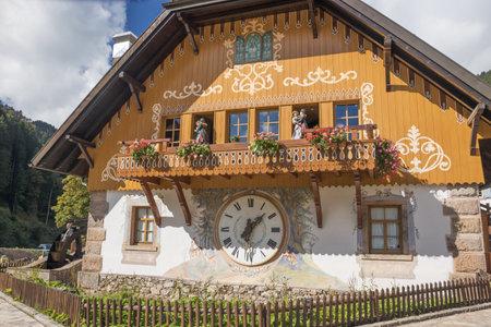 reloj cucu: Hollsteig, Baden-Wurttemberg, Alemania, 3 de octubre de 2016 - Casa de cuco gigante en Hollsteig en la Selva Negra