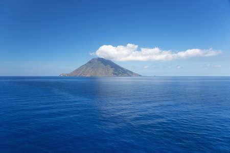 스트롬 볼리 섬 위에 격리 된 구름입니다.