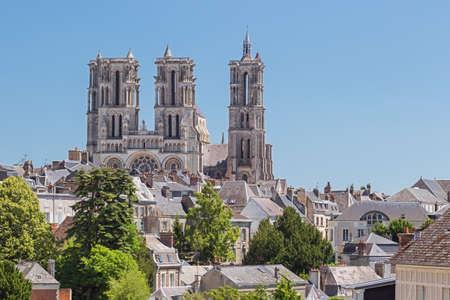 A Catedral de Nossa Senhora de Laon que domina o horizonte da cidade Foto de archivo - 83102963