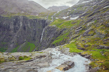 On top of the Stigfossen near the visitor centre at the Trollstigen Imagens
