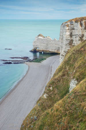 The Falaise damont with an empty beach, seen from Etretat 版權商用圖片