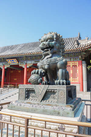 Bronze lion guarding the Summer Palace, the former imperial garden 報道画像