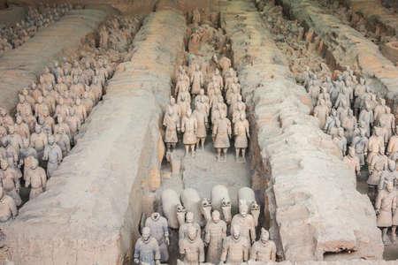 Rangées de guerriers en terre cuite dans le hall 1 à Xi'an