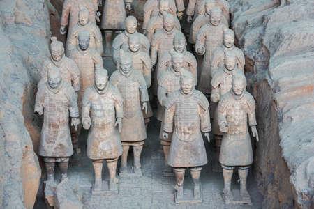 Gros plan sur des rangées de guerriers en terre cuite dans le hall 1 à Xi'an Banque d'images