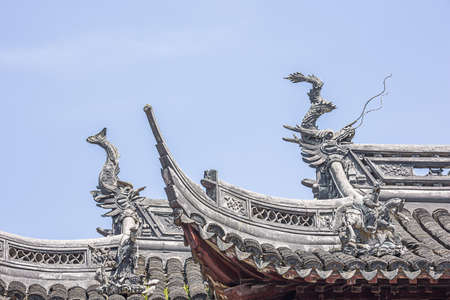 Dragon heads decorating a roof in the Yuyuan Garden in Shanghai Stock fotó