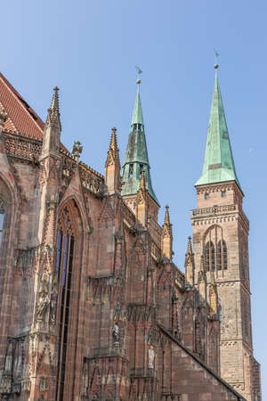 The northern facade of the St. Sebaldus church seen from the City Hall Square in Nuremberg Banco de Imagens