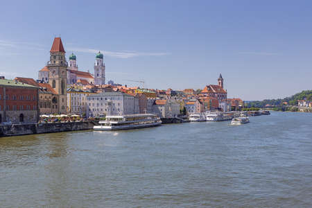 The Donau with the historic center of Passau seen from the Luitpold bridge Redactioneel