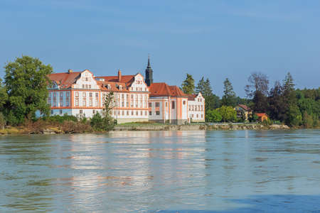 View of the castle Neuhaus am Inn seen from the banks of the Inn Redactioneel