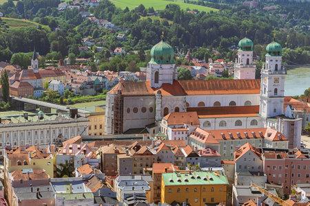 Looking down at St. Stephen's Cathedral seen from Veste Oberaus Redactioneel