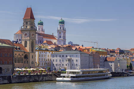 Close up of the historic center of Passau seen from the Luitpold bridge Redactioneel
